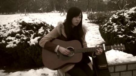 [拍客]大二女生雪地吉他弹唱《明明就》