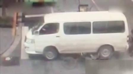全程监控惊心动魄 面包车倒车碾压骑车男子 161102