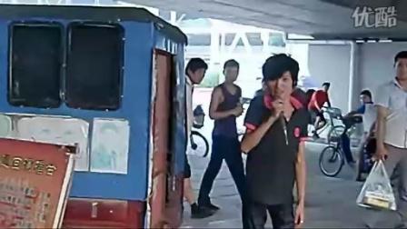 """[拍客]""""天才少年歌手""""王亮街头卖唱 用残疾诉说坚强"""
