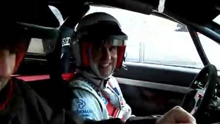 欧宝威达3.2gts在赛道上奔跑专业人员试驾