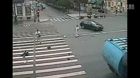 实拍监控一摩托车撞到一轿车飞出数米