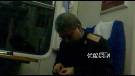 [拍客]列车员深夜补衣 平淡是真宁静是福