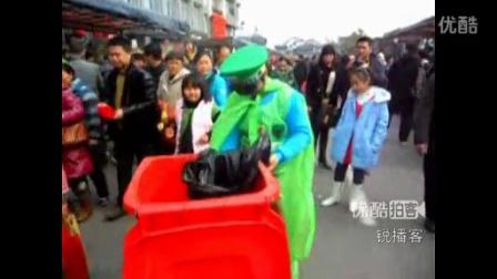 【拍客】实拍抗震英雄尹春龙南京街头捡垃圾 响应陈光标呼召