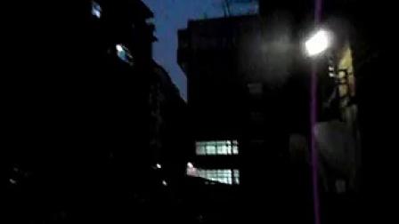 [拍客]无德街坊道路洒药渣,咒路人带走疾病,坑爹!