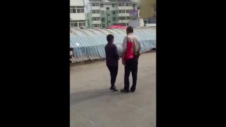 表蛋疼 2016:最猖狂的乞讨者 不给钱就砸车 272        8.6