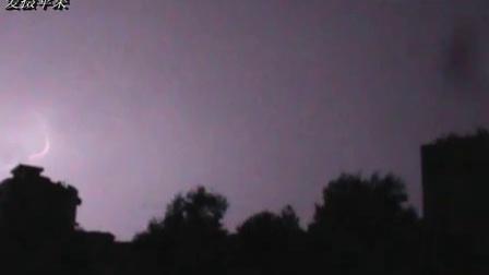 【拍客】  实拍闪电频繁击中房屋