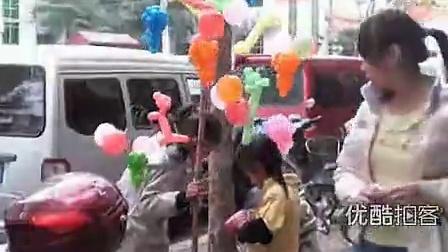 【拍客】2012达沃斯--小姐妹立志上学成才街头卖气球挣学费