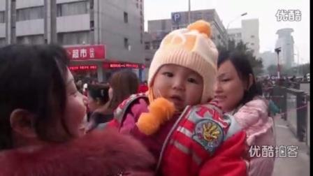 """【拍客】""""春运儿童团""""火车座号:爸爸大腿"""
