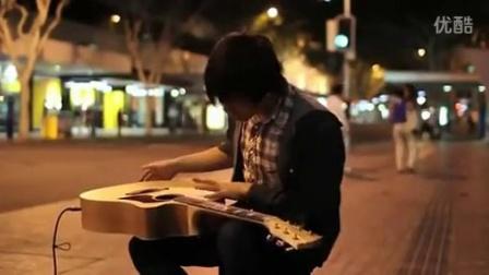 """[拍客]街头吉他手创意""""舞蹈手""""弹法"""