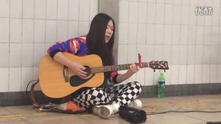 西单女孩再现通道演绎原创歌曲《再见》