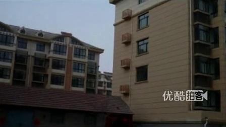 """【拍客】居民小区现霸气钉子户一栋楼被""""一劈两半"""""""