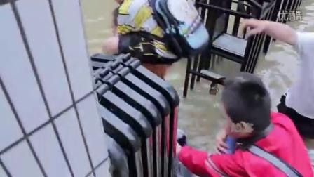 [拍客]实拍武汉6.18特大暴雨十年罕见市民背人淌水(修正版)