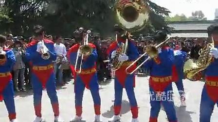 【拍客】公园现超人乐队引围观