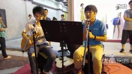 【拍客】光谷90后街头歌手组合飙陶喆的歌