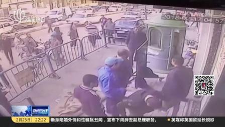 """埃及:警察徒手""""接娃""""  坠楼男孩安然无恙 新闻夜线 180223"""