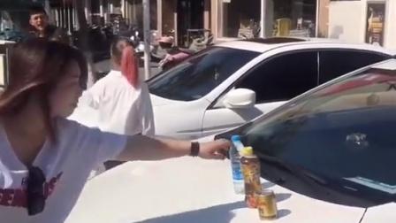 小伙子在某大学门口搭讪美女, 为什么他的车上放了这么几瓶水呢?