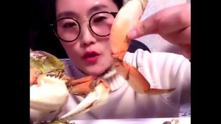 狂吃海鲜专业户 海豚姐姐今天吃比她脸还大的螃蟹 还很肥.mp4