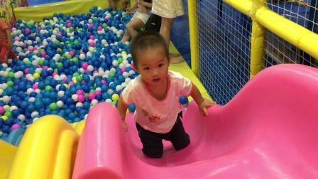 儿童游乐场 滑滑梯 海洋球 倒着爬滑滑梯(宝宝2岁1个月)