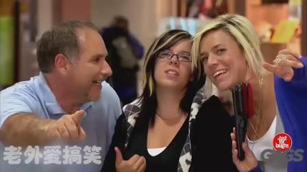 国外恶搞路人系列视频 妹子被消防叔叔吓到了