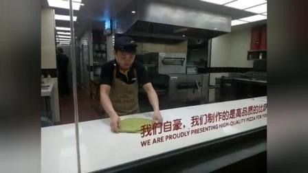 披萨的花式抛饼技巧,小哥看我在拍他都不好意思了