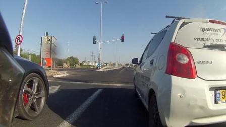 """汽车: 雅马哈摩托挑衅""""西装暴徒""""奥迪RS7, 闯个红灯还是干不过!"""
