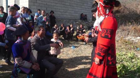 彝族结婚婚礼乖巧的彝族新人结婚当天就端上美酒敬两位高堂