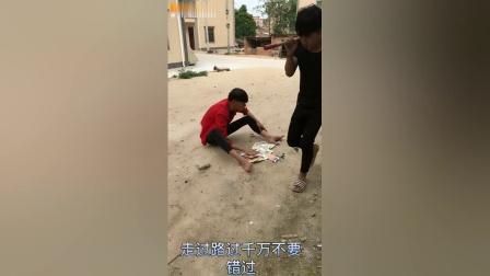 搞笑视频:农村小伙路边卖辣条遇见奇葩顾客,真是太逗了