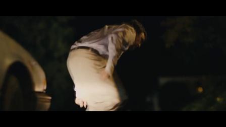 《蓝色废墟》  遭持枪相对驱车撞人 逃跑遇袭中箭