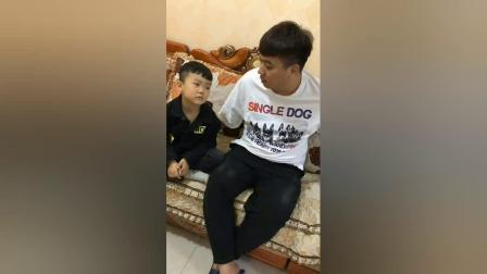 搞笑视频:农村小伙给朋友吃面包却被打了,真是太搞笑了