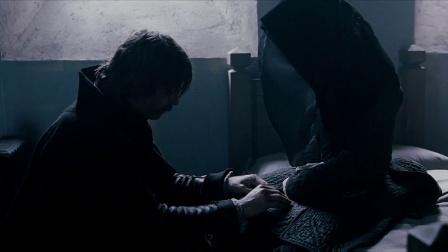 《佣兵传奇》  戴项链流泪告白 爱人染病痛心吻别