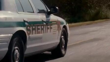 《狂暴》  设陷阱炸毁警车 被追赶飙车逃亡