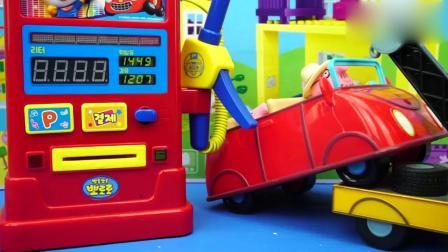 小猪佩奇的车没油了,狗爷爷拖过去加油!