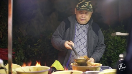 57岁老头摆摊卖蛋炒饭,味美料足手不抖,12辆兰博基尼排路边等!