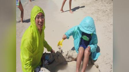 【快7岁】2-15哈哈跟爸爸在洪都拉斯海滩一起挖沙坑玩沙子MAH08676