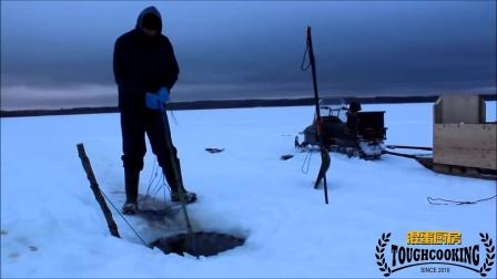 在北极冰层下钓到好多奇怪的大鱼,当场就处理了
