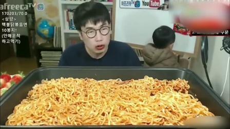 韩国大胃王带儿子吃播!一大盘火鸡面吃完后,嘴都肿了!