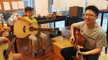 和小弟子一起吉他弹唱#平凡之路#