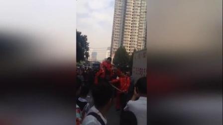 郑州街头新郎骑高头大马用大红花轿接亲遭围观