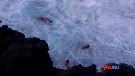 平静海水瞬间波涛汹涌 游泳男子毫无防备险丧命