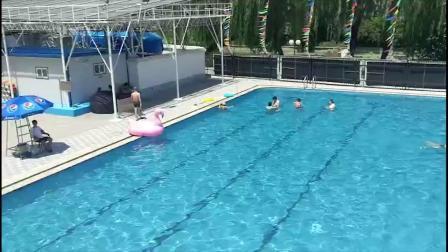 炎炎夏日 北京露天浴场内的壮观场面!