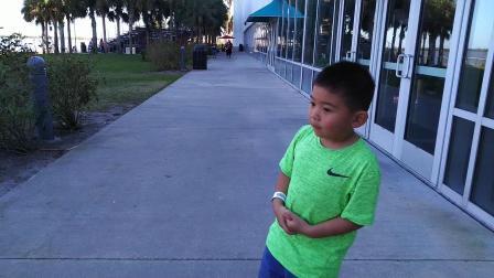 【快7岁】2-18哈哈跟爸爸参观火箭发射室外看台VID_135622