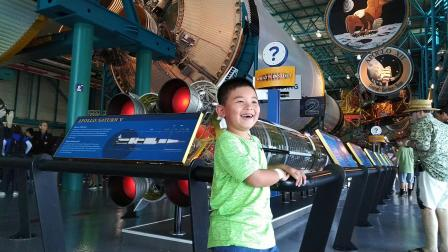 【快7岁】2-18哈哈在NASA展示厅参观壮观的阿波罗11号VID_132304