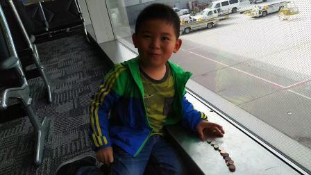 【6岁半】2-22哈哈美国底特律大都会机场转机,数硬币VID_122034