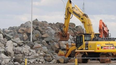 小松PC 350挖掘机在码头工作