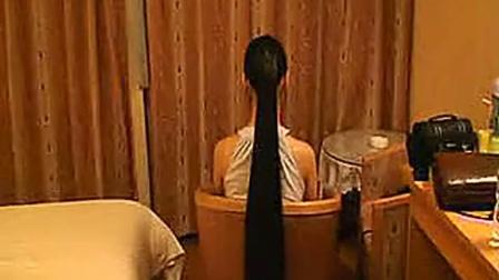 女子七年留1米5长发 一分钟剪掉心疼掉泪