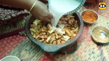 印度农村大妈,树上摘来一个菠萝蜜,看看她是什么吃法