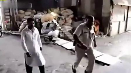 监拍印度男子操作搅拌机时不慎被卷入机器后卡死