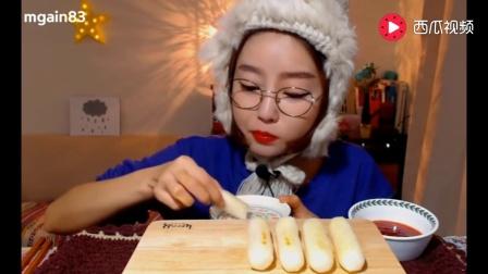 韩国大胃王吃面包棒蘸酱, 一口塞一个, 服了