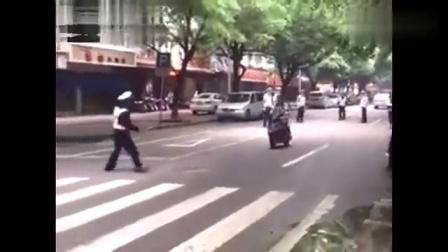 摩托车司机拒绝被抓查证 8个交警拿他没有办法 网友直呼666