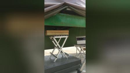 全铝合金折叠板凳测试,500KG称重电子称已经爆表。